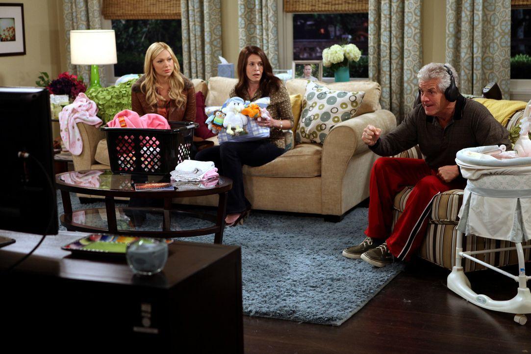 Eine ganz besondere Familie: Chelsea (Laura Prepon, l.), Sloane (Chelsea Handler, M.) und ihr Vater Melvin (Lenny Clarke, r.) ... - Bildquelle: Warner Brothers