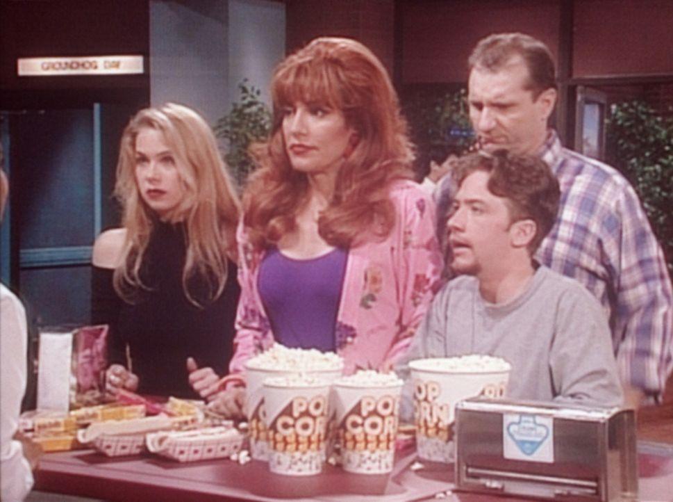 Kelly (Christina Applegate, l.), Peggy (Katey Sagal, 2.v.l.), Bud (David Faustino, r.) und Al (Ed O'Neill, 2.v.r.) lassen es sich in der Kino-Snackb... - Bildquelle: Sony Pictures Television International. All Rights Reserved.