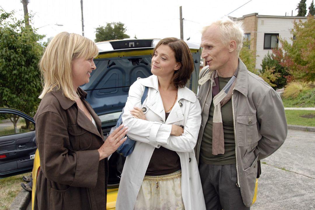 Das Taxi zum Flughafen wartet. Nika (Katharina Böhm, l.), Barbara (Dominique Chiout, M.) und Wolfgang (Richard Sammel, r.) warten nur noch auf Oliv... - Bildquelle: Sat.1
