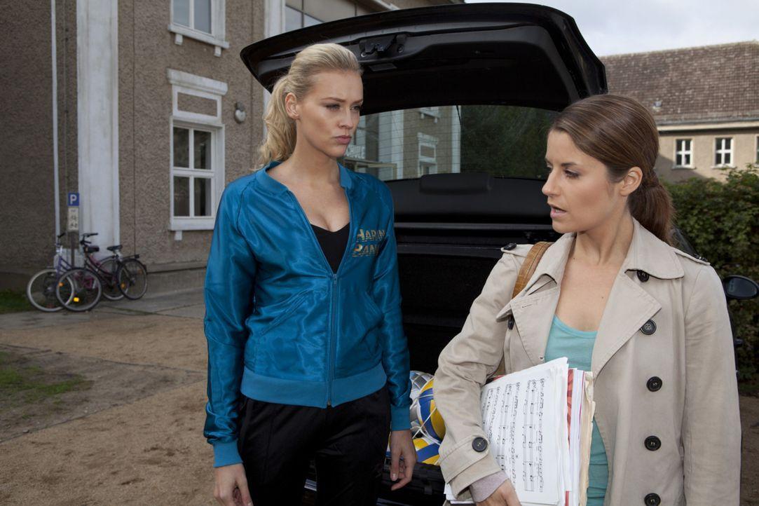 Ben hört zufällig wie, Bea (Vanessa Jung, r.) von Alexandra (Verena Mundhenke, l.) als Mörderin bezeichnet wird ... - Bildquelle: David Saretzki SAT.1