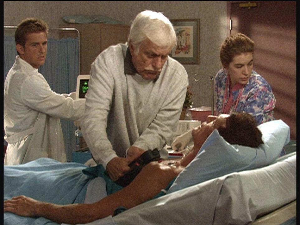 Jesse (Charlie Schlatter, l.) und Mark (Dick Van Dyke, M.) bemühen sich, den ins Koma gefallenen Steve (Barry Van Dyke) ins Leben zurückzuholen. - Bildquelle: Viacom