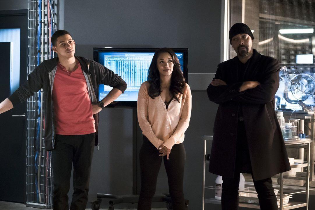 Wally (Keiynan Lonsdale, l.) ist entsetzt, als Iris (Candice Patton, M.) ihm klarmacht, dass Joe (Jesse L. Martin, r.) möglicherweise für immer verl... - Bildquelle: Warner Bros. Entertainment, Inc.