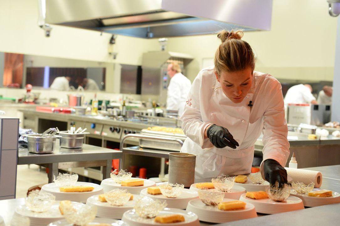 """Zeitdruck, Hitze und der kritische Blick Frank Rosins machen """"Hell's Kitchen"""" für Katharina Kuhlmann zu einem der anspruchsvollsten Arbeitsplätze ..... - Bildquelle: Willi Weber SAT.1"""