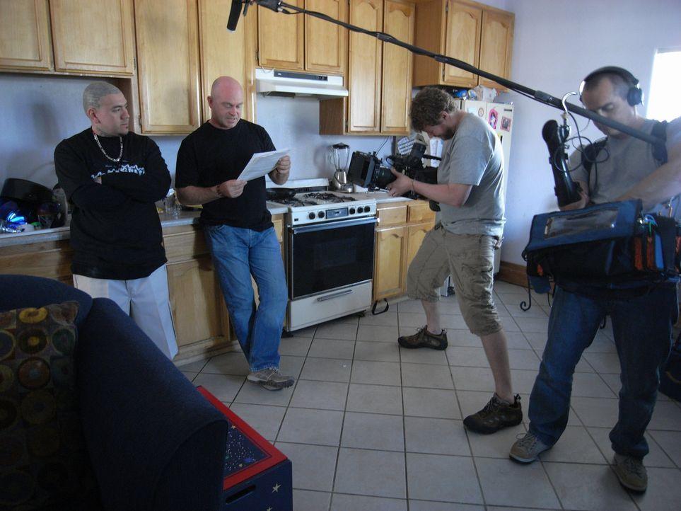 Auf seiner Entdeckungstour durch die Gangs von Los Angeles treffen Ross Kemp (2.v.l.) und sein Team auf Joker (l.). Dieser hat eine Schlüsselfunktio... - Bildquelle: IMG Entertainment 2008