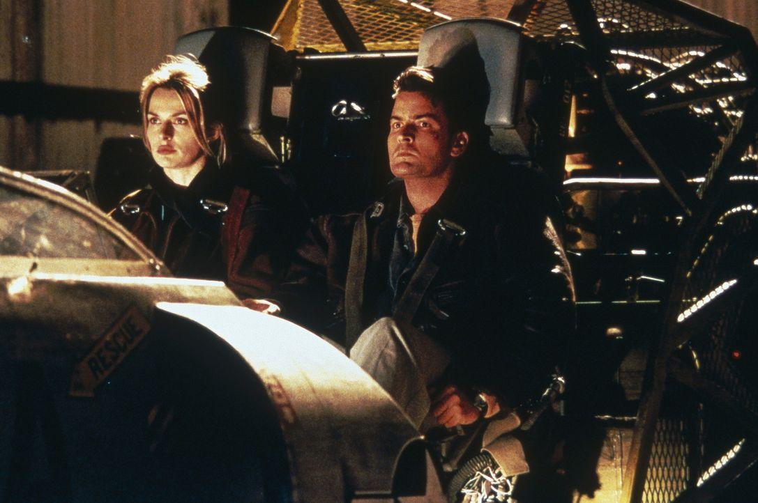Erst spät wird Ditch Brodie (Charlie Sheen, r.) klar, dass Chris Morrow (Nastassja Kinski, l.), sobald sie den Mund aufmacht, hemmungslos lügt ... - Bildquelle: Buena Vista Pictures