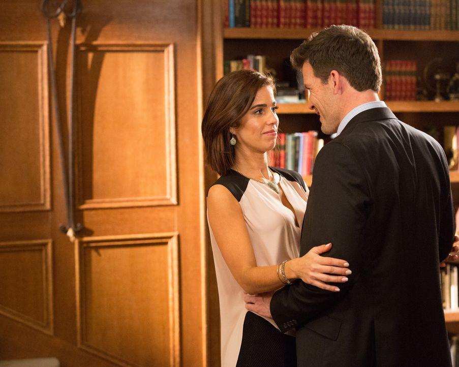 Wird Marisol (Ana Ortiz, l.) tatsächlich den fragwürdigen Aussagen von Nick (Mark Deklin, r.) Glauben schenken? - Bildquelle: 2014 ABC Studios