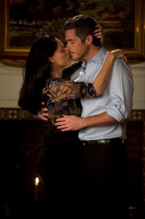 Lucs Mutter Gabriela (Sonia Braga, l.) verführt Justin (Dave Annable, r.) ... - Bildquelle: 2010 American Broadcasting Companies, Inc. All rights reserved.