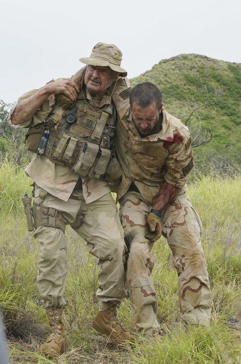 Ein Leben für ein Leben - Joe White (Terry O'Quinn, l.) rettete Steve McGarrett (Alex O'Loughlin, r.), Jetzt ist es an Steve seinem alten Freund zu... - Bildquelle: 2018 CBS Broadcasting, Inc. All Rights Reserved