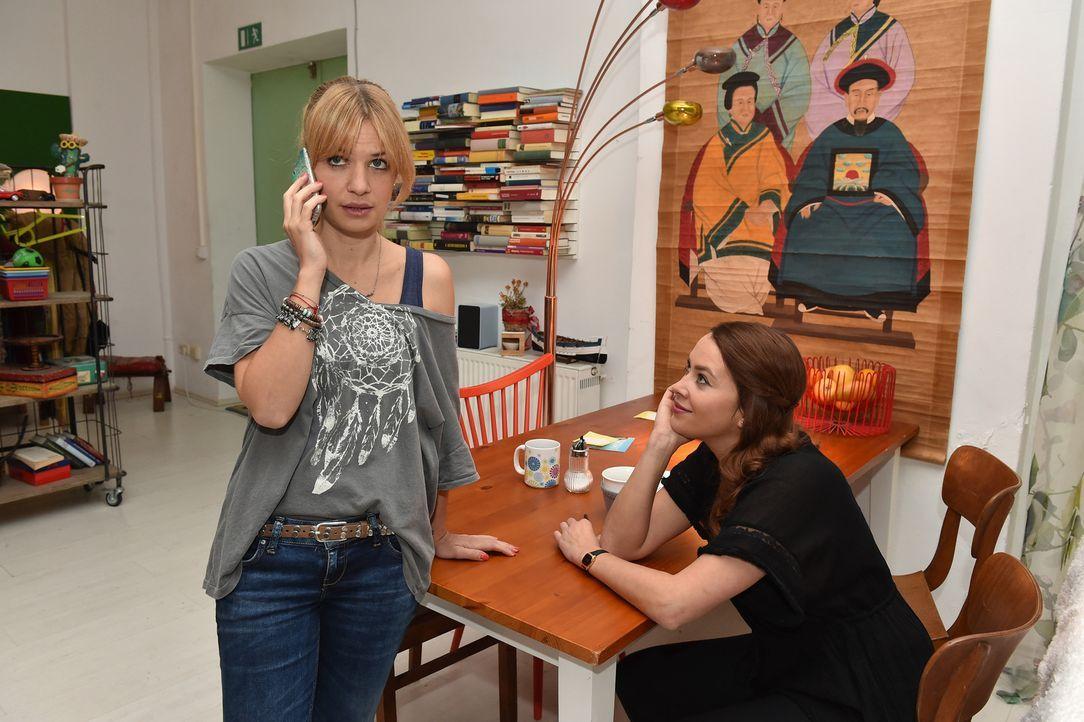Mila (Susan Sideropoulos, l.) wird von Sally (Laura Osswald, r.) dazu aufgefordert, Nicks angedeuteten Gefühlen doch mal auf den Grund zu gehen ... - Bildquelle: Andre Kowalski sixx