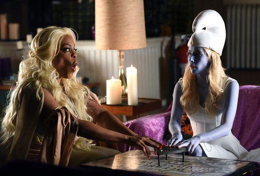 Denise (Niecy Nash, l.) und Chanel (Emma Roberts, r.) versuchen, mit dem letz...