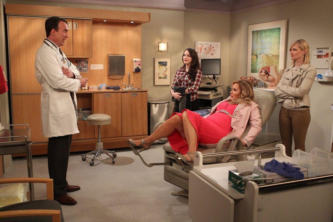 Bei Sophie (Jennifer Cooldige, 2.v.r.) will es mit dem Schwanger werden nicht klappen, deswegen müssen Max (Kat Dennings, 3.v.r.) und Caroline (Beth... - Bildquelle: Warner Brothers