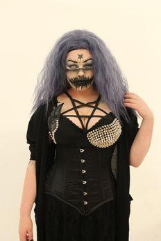 100 % Hotter - Weniger ist mehr - Goth-Model Ismini trägt ihren Look auch im...
