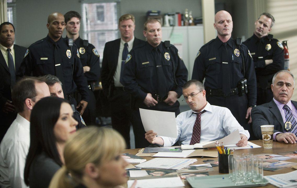 Alle beteiligten Ermittler werden auf den Fall vorbereitet: Detective Jake Moreland (Frank John Hughes, M.) ... - Bildquelle: Touchstone Television