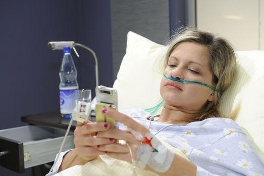 Mia (Josephine Schmidt), die sofort nach dem Unfall ins Krankenhaus gebracht...