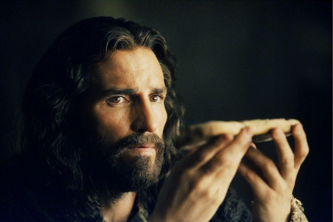 Das letzte Abendmahl: Jesus (James Caviezel) weiß schon, dass für ihn noch heute ein langer Leidensweg beginnt, den er ohne seine Jünger gehen mu... - Bildquelle: Icon Film Distribution Ltd.