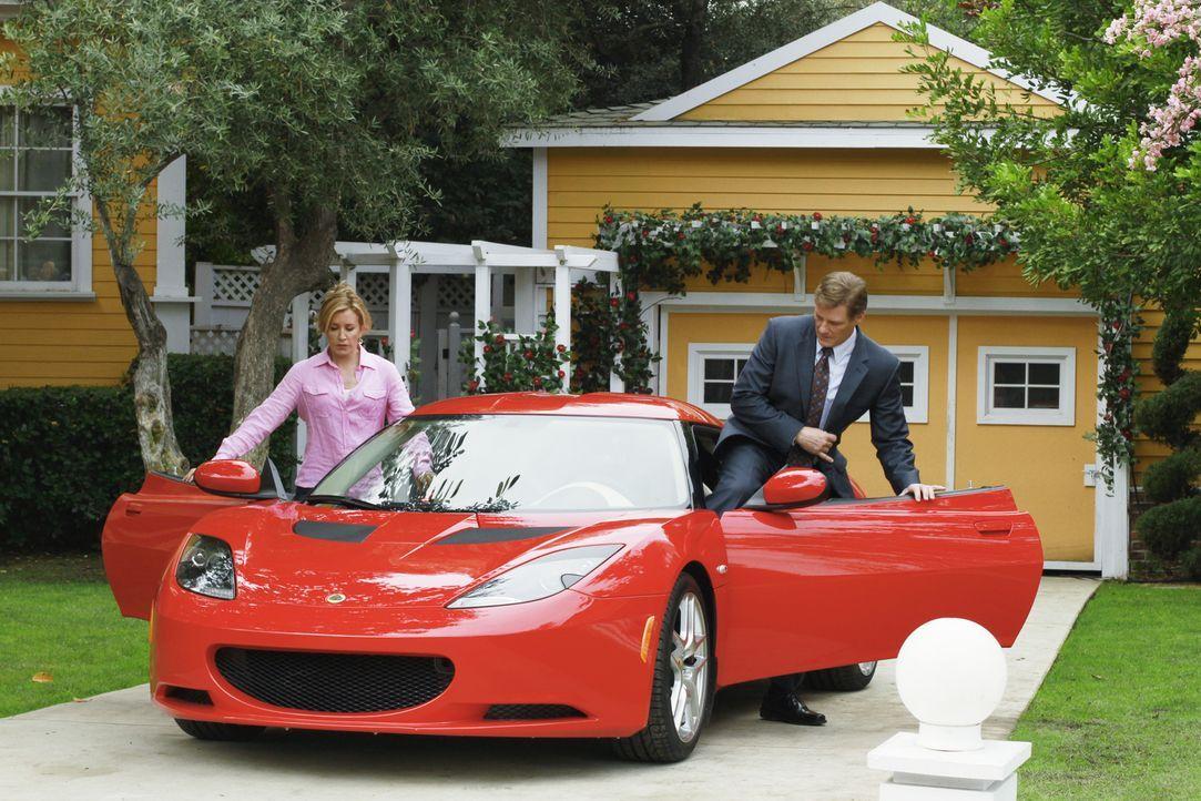 Um ihren Mann Tom (Doug Savant, r.) zur Annahme eines lukrativen Job zu überzeugen, lässt sich Lynette (Felicity Huffman, l.) einiges einfallen ... - Bildquelle: ABC Studios