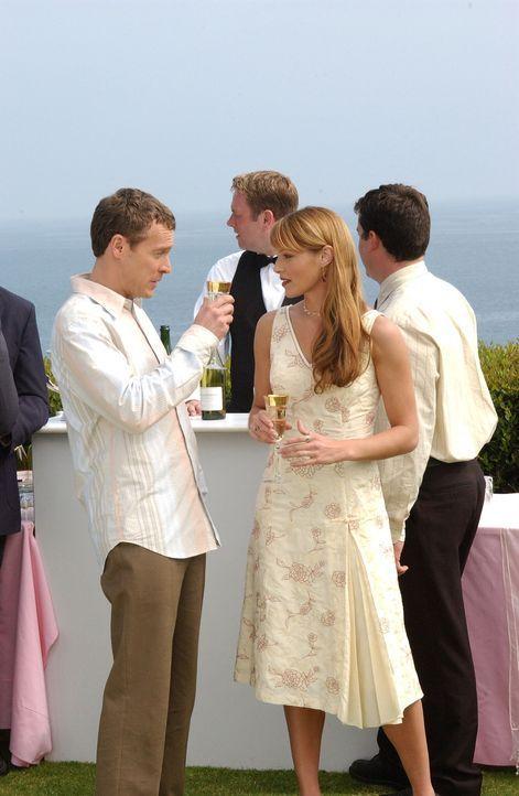 Amüsieren sich köstlich auf der Verlobungsfeier von Julie und Caleb: Jimmy (Tate Donovan, l.) und Hailey (Amanda Righetti, r.) ... - Bildquelle: Warner Bros. Television