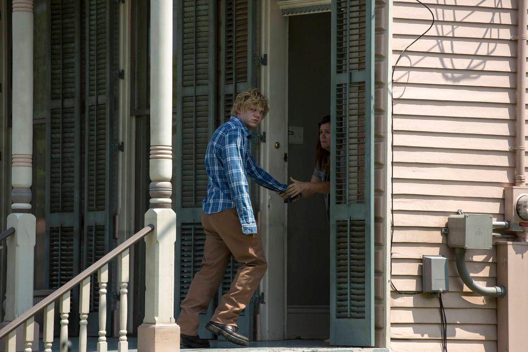 Alicia (Mare Winningham, r.) kann es nicht glauben, als ihr totgeglaubter Sohn Kyle (Evan Peters, l.) plötzlich vor ihrer Tür steht ... - Bildquelle: 2013-2014 Fox and its related entities. All rights reserved.