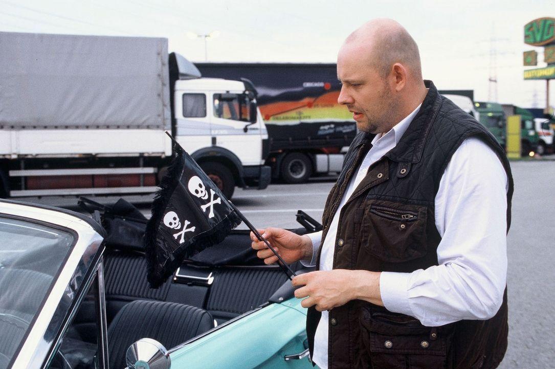 Immer wieder sucht Manni (Axel Häfner) den Parkplatz nach Hinweisen ab, auf dem Timo vor seinem Verschwinden zuletzt gesehen wurde ... - Bildquelle: Martin Menke Sat.1