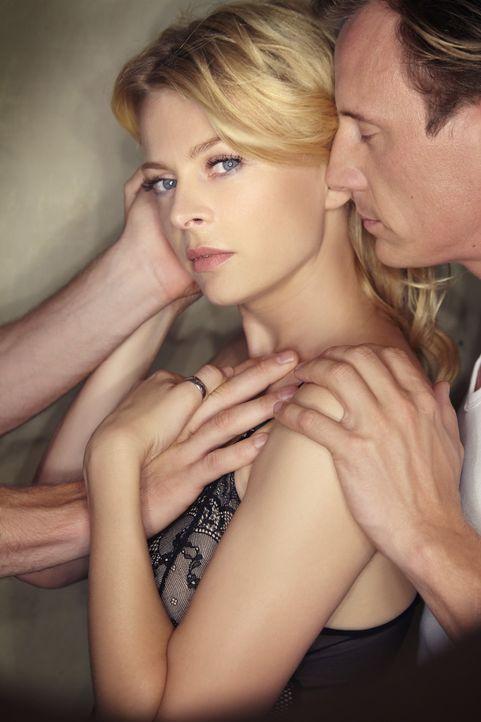 Nina (Isabell Gerschke, l.) setzt ihre Ehe mit Sebastian (Patrick Kalupa, r.) aufs Spiel, als sie sich auf eine abenteuerliche Affäre mit einem Frem... - Bildquelle: Christoph Assmann SAT.1