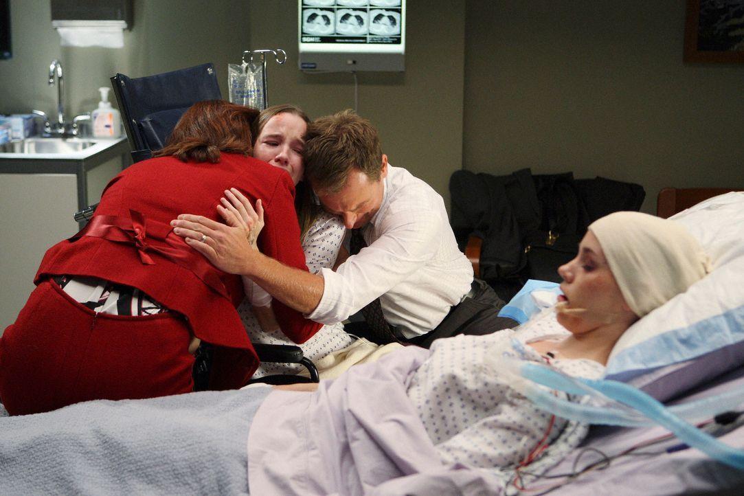 Nach einem Unfall werden Emma (Kay Panabaker, 2.v.l.) und Holly (Christa B. Allen, r.) ins Krankenhaus eingeliefert. Ihre Eltern Mrs. (Perry Smith,... - Bildquelle: Touchstone Television