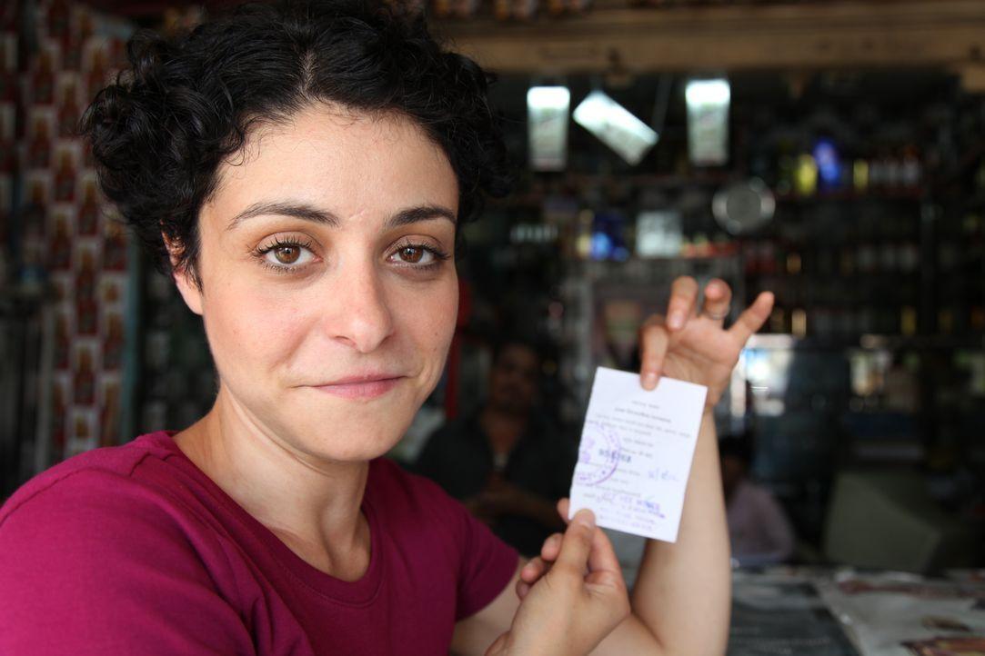 """f""""Unreported World""""-Reporterin Jenny Kleeman (Bild) hat in Mumbai eine Trinkerlaubnis für 24 Stunden erhalten. Das Trinken ohne offizielle Erlaubnis... - Bildquelle: Quicksilver Media 2012"""
