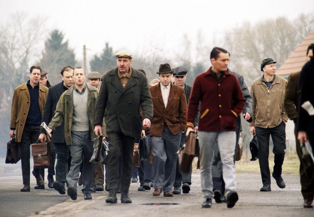 Franz (Heino Ferch), Bruno (Jan Josef Liefers) und die anderen Kumpel auf dem Weg ins Bergwerk. - Bildquelle: Gordon Mühle Sat.1