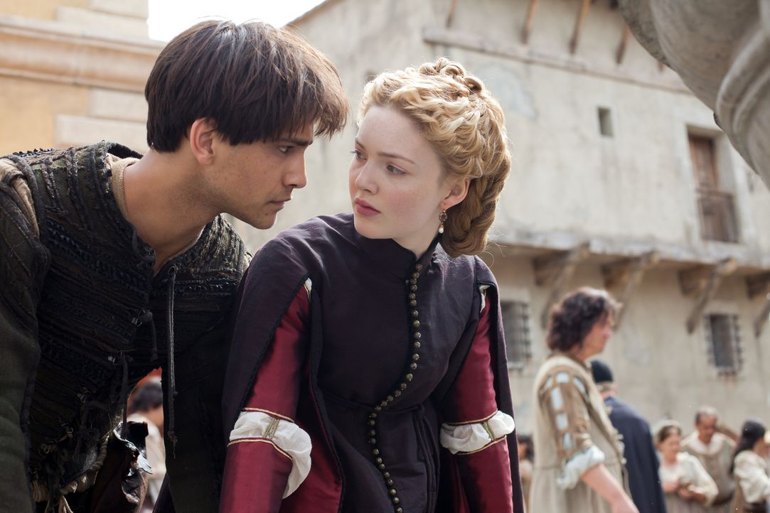 Die Liebe zwischen Lucrezia (Holliday Grainger, r.) und Paolo (Luke Pasqualino, l.) versucht allen Widerständen zu trotzen ... - Bildquelle: Jonathan Hession LB Television Productions Limited/Borgias Productions Inc./Borg Films kft/ An Ireland/Canada/Hungary Co-Production. All Rights Reserved.