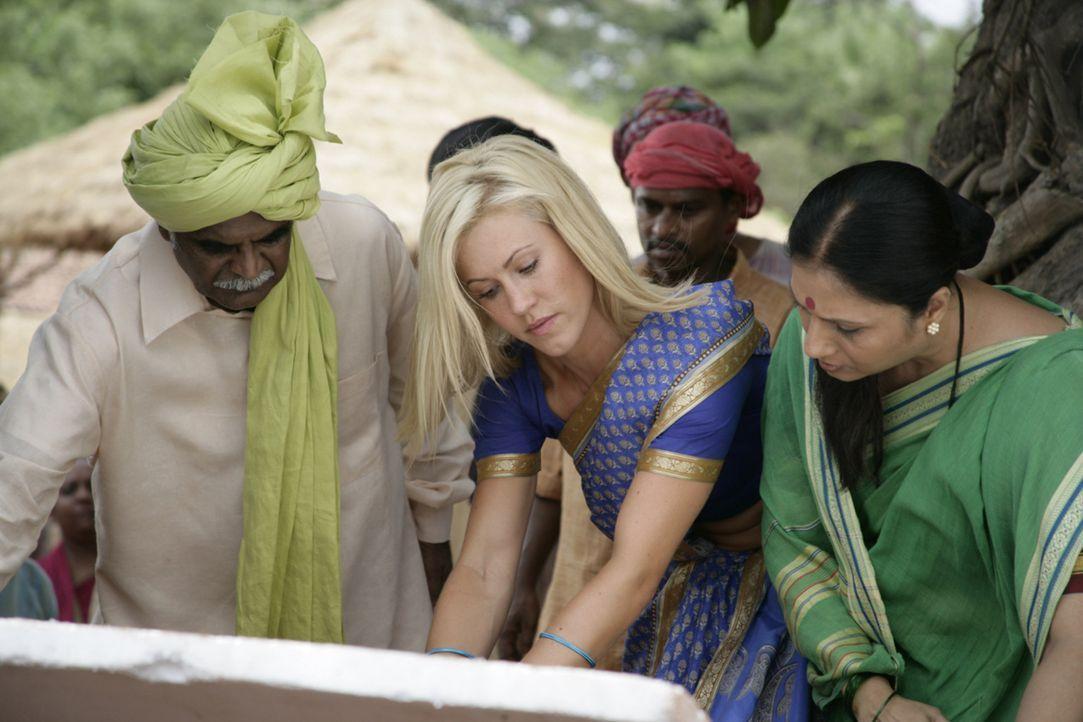 Die Bewohner des indischen Dorfes sind Sarahs (Wolke Hegenbarth) neue Familie. Die schöne Geologin will das Wasser unbedingt zurückholen, um das  - Bildquelle: Vinod Deshpande SAT.1