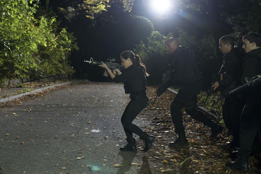 Auch Zapata (Audrey Esparza, l.) und ihre Kollegen tappen voll in Sherperds explosive Falle. Ein gnadenloser Überlebenskampf beginnt für die Agenten... - Bildquelle: Warner Brothers