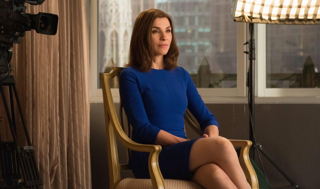 Während Diane ihre Zulassung verlieren könnte, hat Alicia (Julianna Margulies) schon mit dem ersten Skandal zu kämpfen: Ihre gehackten E-Mails werde... - Bildquelle: Jeff Neumann 2014 CBS Broadcasting Inc. All Rights Reserved.