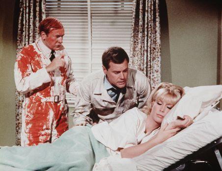 Bezaubernde Jeannie - Tony (Larry Hagman, M.) und Roger (Bill Daily, l.) geli...