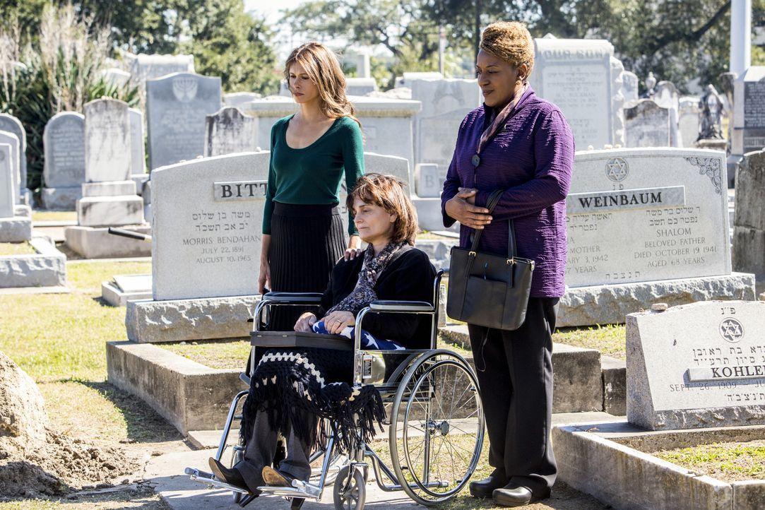 Wade (CCH Pounder, l.) konnte ihr Versprechen nach 40 Jahren einlösen und Miriam (Angela Gots, l.) und Hannah Tarlow (Cristine Rose, M.) den Mörder... - Bildquelle: 2014 CBS Broadcasting Inc. All Rights Reserved.
