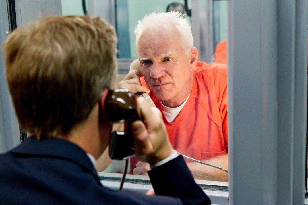 Besuch im Knast: Karp (Reed Diamond, l.) lässt den Kontakt zu seinem Onkel Stanton Infeld (Malcolm McDowell, r.) nicht abreißen, auch nicht, nachdem... - Bildquelle: 2011 Sony Pictures Television Inc. All Rights Reserved.