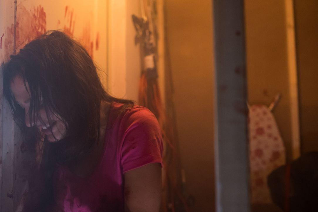 Daling Collier (Ashlee Erron) wird von dem ehemals liebenswürdigen Nachbarsjungen vergewaltigt und eingesperrt. Als er Feuer im Haus legt, beginnt D... - Bildquelle: Darren Goldstein Cineflix 2015
