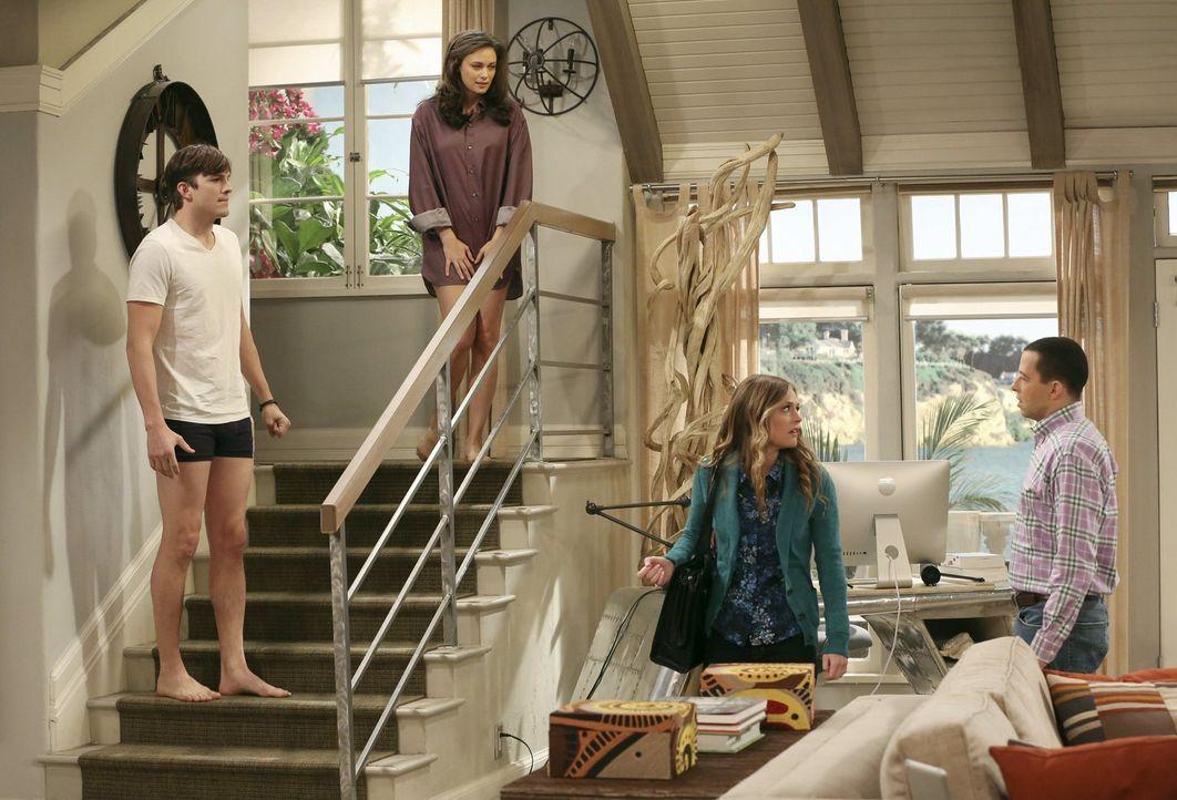 Probleme sind vorprogrammiert, als Sozialarbeiterin Ms. McMartin (Maggie Lawson, 2.v.r.) herausfindet, dass Walden (Ashton Kutcher, l.) und Alan (Jo... - Bildquelle: Warner Brothers Entertainment Inc.