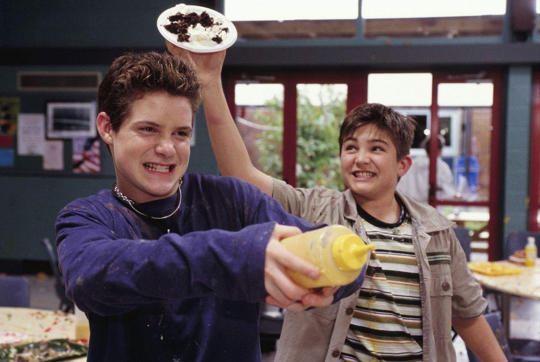Die Küche als Schlachtfeld: Eddie (Taylor Ball, l.) und D. B. (Reiley McClendon, r.) haben durchaus ihren Spaß beim Kochen ... - Bildquelle: The Disney Channel