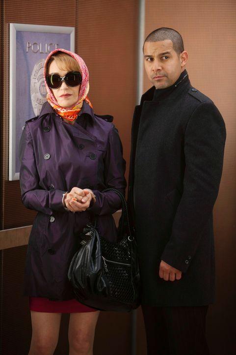 Javier Esposito (Jon Huertas, r.) bringt Gloria Chambers (Jane Seymour, l.), die Mutter des Mordopfers, auf das Revier. - Bildquelle: ABC Studios