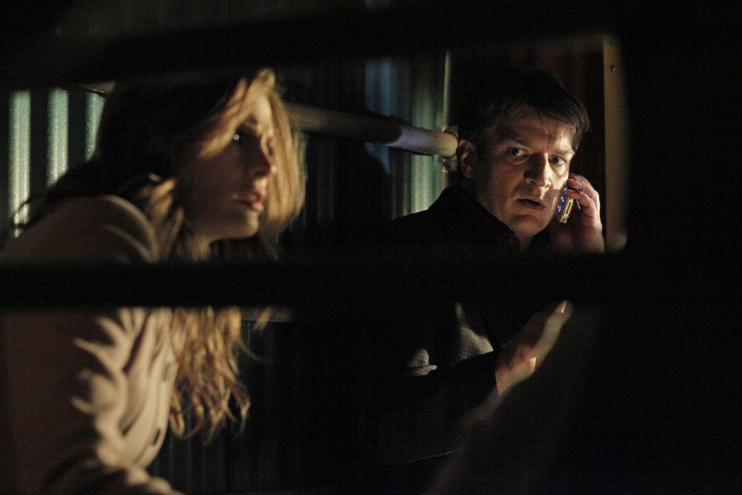 Castle (Nathan Fillion, r.) und Beckett (Stana Katic, l.) verbarrikadieren sich in einem Keller und hoffen mit Hilfe eines Handys, das sie gefunden... - Bildquelle: 2012 American Broadcasting Companies, Inc. All rights reserved.