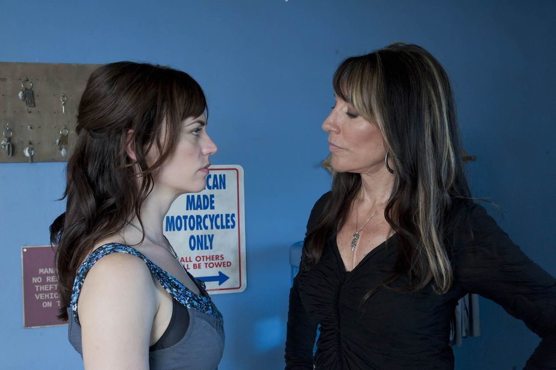 Muss sich Gemma (Katey Sagal, r.) zwischen Clay und Tara (Maggie Siff, l.) entscheiden? - Bildquelle: 2011 Twentieth Century Fox Film Corporation and Bluebush Productions, LLC. All rights reserved.