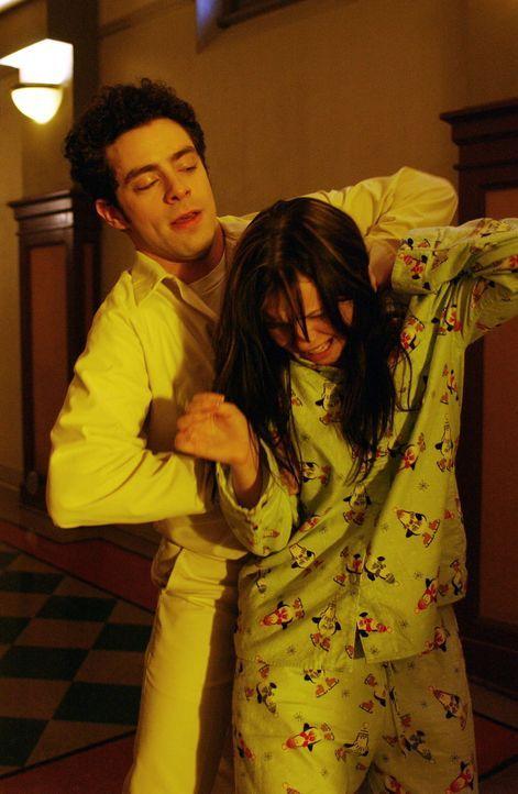 Was hat Michael Beecher (Rick D. Wassermann, l.) mit der 16-jährigen Clare (Amber Tamblyn, r.) vor? - Bildquelle: Warner Bros. Entertainment Inc.