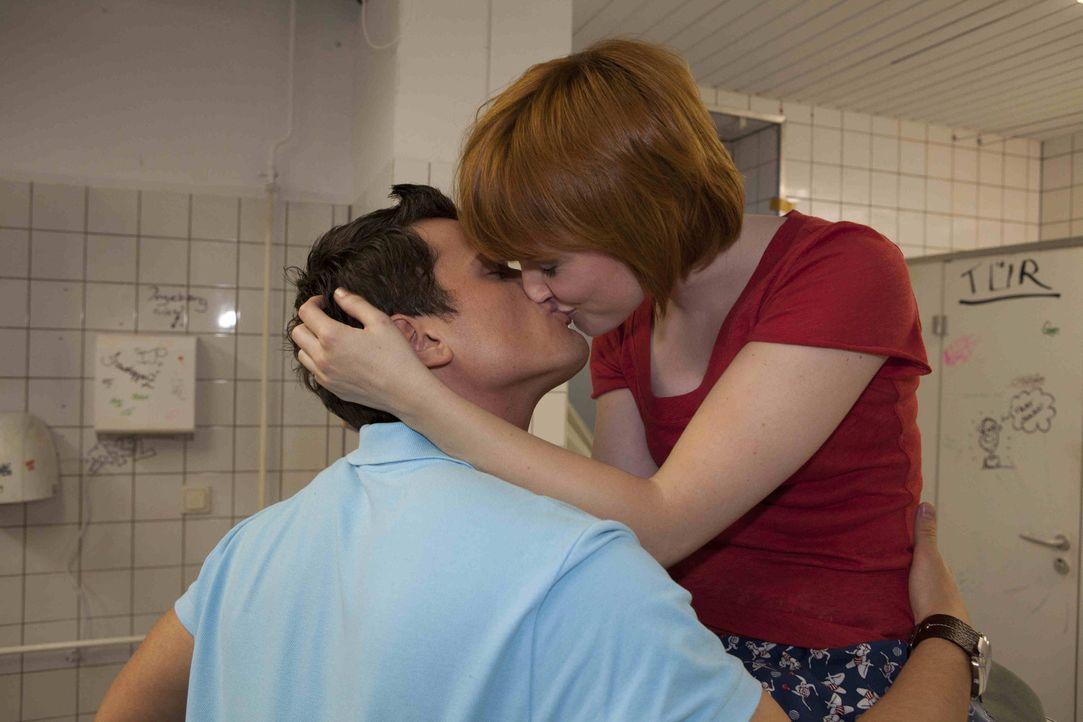 Luzi sieht sich mit dem Gerücht konfrontiert, dass Timo wieder etwas mit Sophie angefangen hat. Sie versucht, Timo zu verteidigen und ahnt dabei ni... - Bildquelle: SAT.1