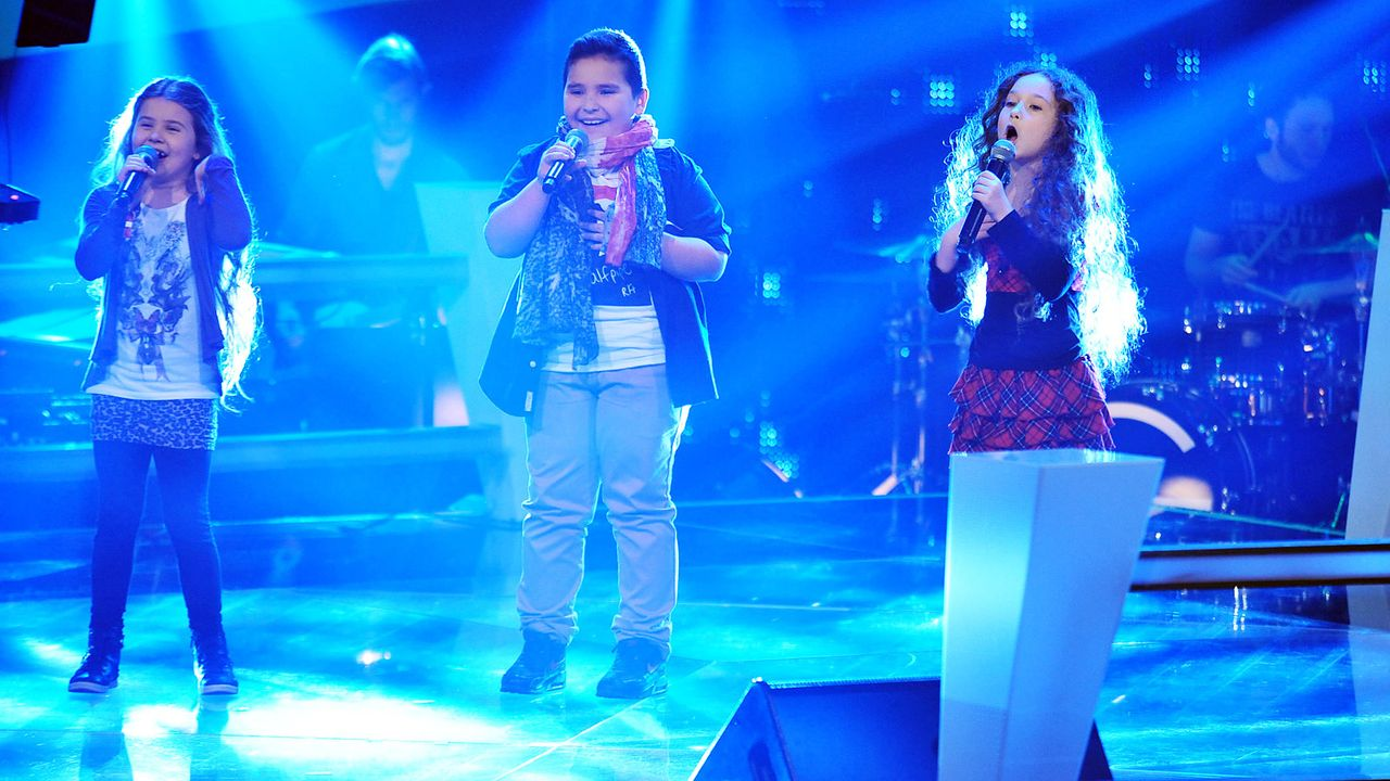 The-Voice-Kids-Stf02-Epi05-Salvatore-Larissa-EmmieLee-SAT1-Andre-Kowalski - Bildquelle: SAT.1/Andre Kowalski