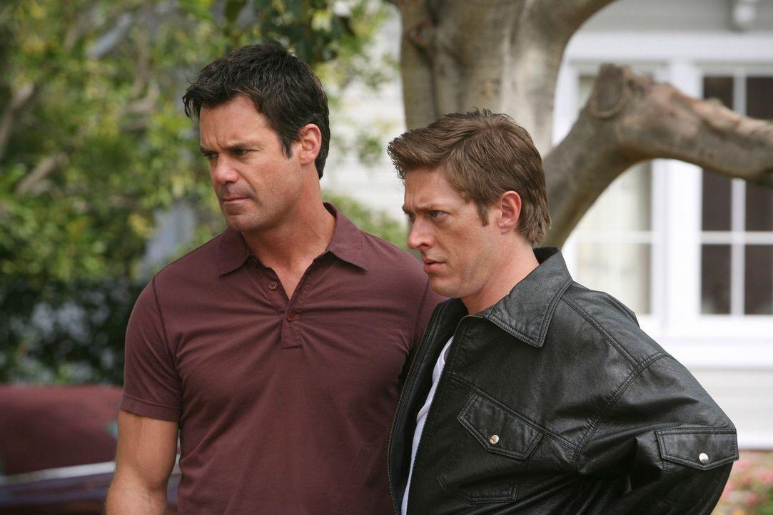 Gabrielle spannt ihre homosexuellen Nachbarn Bob (Tuc Watkins, l.) und Lee (Kevin Rahm, r.) ein, Ellies Dienste in Anspruch zu nehmen ... - Bildquelle: ABC Studios