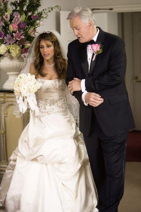"""Weil ihre richtigen Eltern es nicht rechtzeitig zur Hochzeit schaffen, muss Andrea (Jennifer Esposito, l.) sich von einem """"Ersatz-Vater"""" (Greg Calla... - Bildquelle: 2008 American Broadcasting Companies, Inc. All rights reserved."""