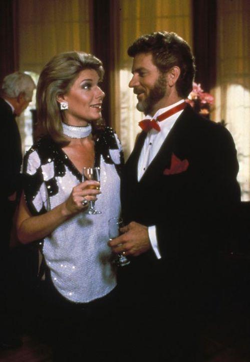 (4. Staffel) - Chase (Robert Foxworth, r.) und Maggie (Susan Sullivan, l.) werden von Angela mal wieder negativ überrascht ... - Bildquelle: 1984   Warner Brothers