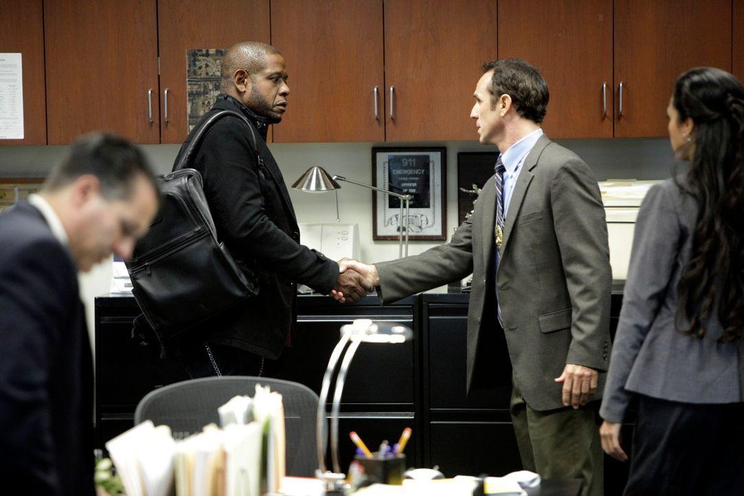 Das Team um Sam (Forest Whitaker, 2.v.l.) wird nach Tuscon, Arizona, gerufen um Det. Bobby Turner (Vince Duvall, 2.v.r.) und Det. Vivian Solis (Kare... - Bildquelle: ABC Studios