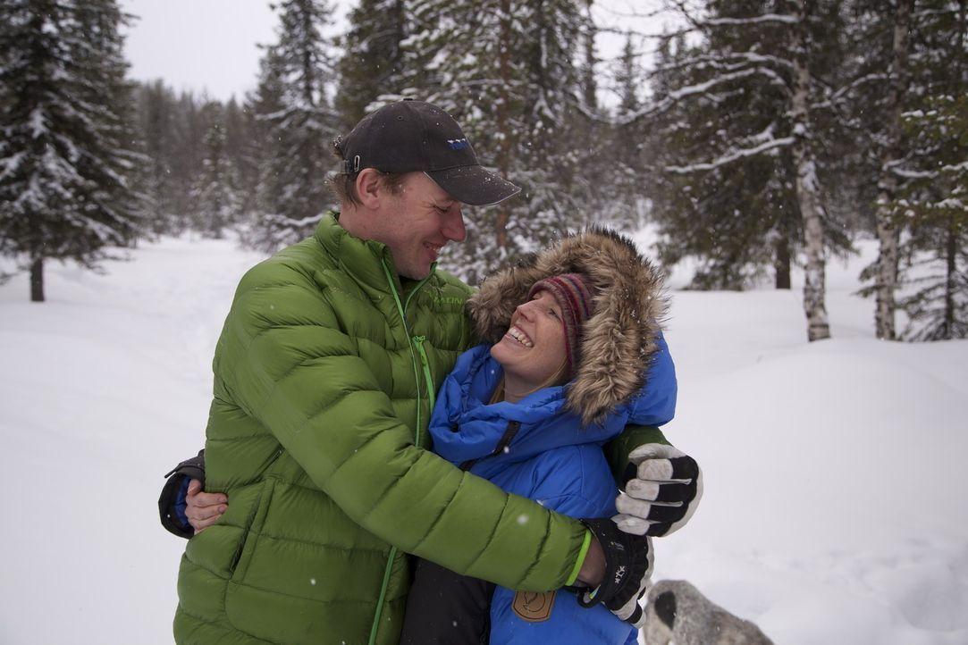 Abenteurer Ben Fogle trifft in Nordschweden die Engländerin und ehemalige Karrierefrau Gaynor (r.), die vor Jahren zu ihrem Ehemann Milos (l.) nach... - Bildquelle: Renegade Pictures
