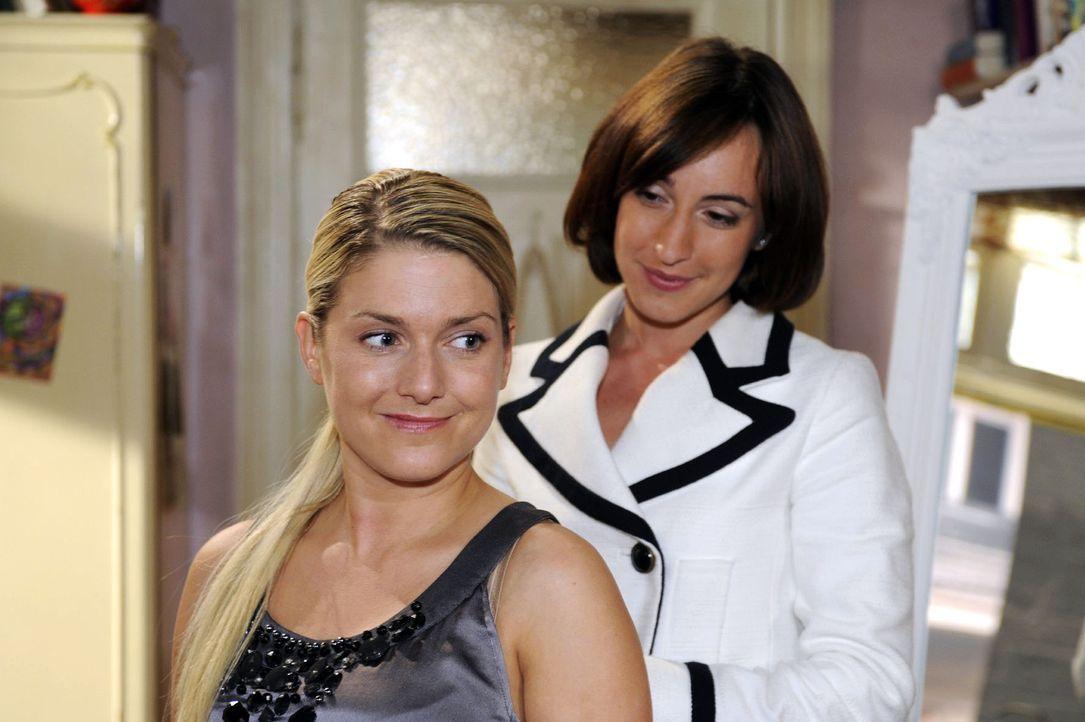 Begeistert probiert Anna die neuen Kleider an. v.l.n.r.: Anna (Jeanette Biedermann), Vanessa (Maike von Bremen) - Bildquelle: Sat.1