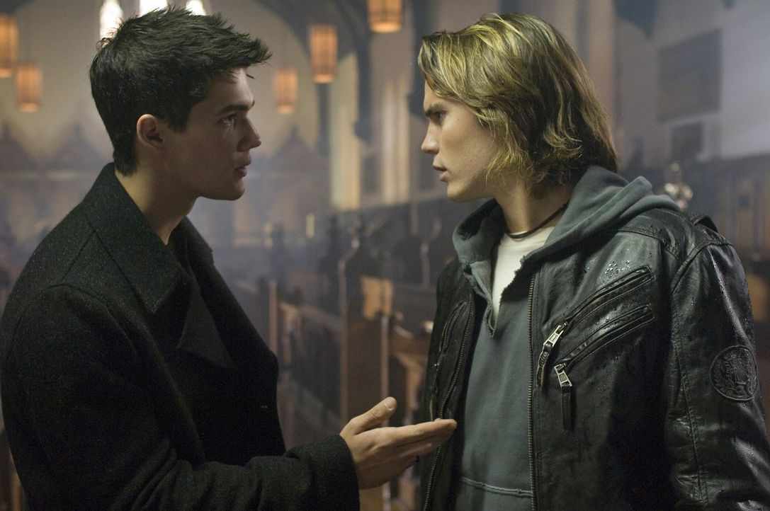 Nachdem ein Mitschüler brutal ermordet wurde, wird den Hexen-Nachfahren Pouge (Taylor Kitsch, l.) und Caleb (Steven Strait, r.) klar, dass das Bös... - Bildquelle: Sony Pictures Television International. All Rights Reserved.